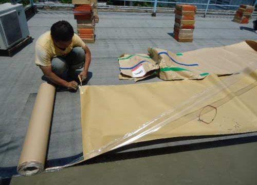 Nên sử dụng màng tự dính hay màng khò nóng chống thấm trần nhà?